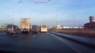 Un camion évite un accident grave en se faufilant entre deux véhicules