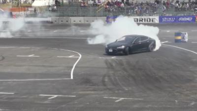 Du très méchant drift en Tesla Model S par un professionnel