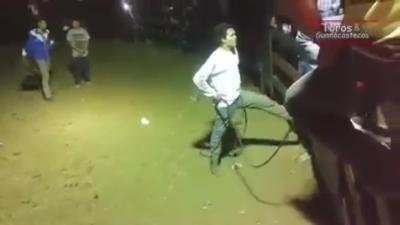 Serein, il tient la porte d'un taureau avec son pied