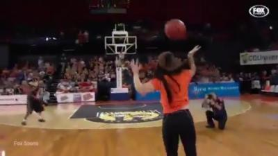 Elle rate ridiculement un tir à 250 000 dollars à la mi-temps d'un match de basket