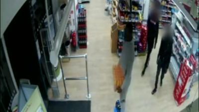Serein, il vole dans un supermarché sur son hoverboard