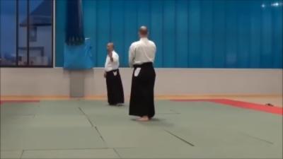 Un maître Aïkido nous montre comment se défendre contre une épée