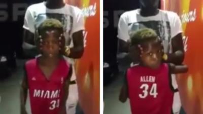 Un enfant qui fait un 180 degrés avec sa tête
