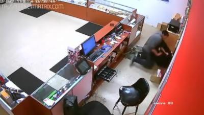 Le gérant d'un magasin récupère l'arme de son braqueur