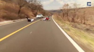 Un longboarder tombe et finit sa course la tête la première dans une voiture