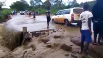 Un idiot pense qu'il peut traverser une route inondé