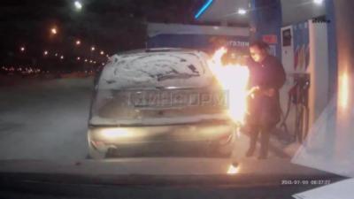 La femme la plus idiote du monde met le feu à sa voiture