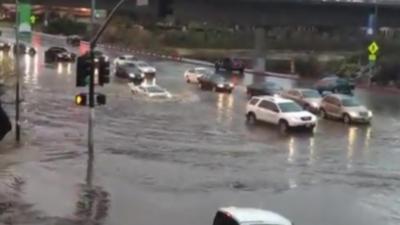 Une Lamborghini Gallardo veut absolument traverser une route inondée