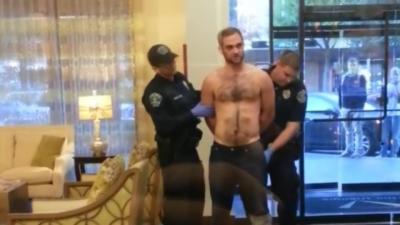Un policier pense trouver un paquet suspect dans la poche d'un homme