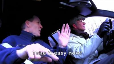 Petter Solberg déguisé en papy fait peur à des mécanos en Mercedes AMG