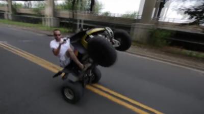 Crash : Il fait le malin en quad sans casque et en short