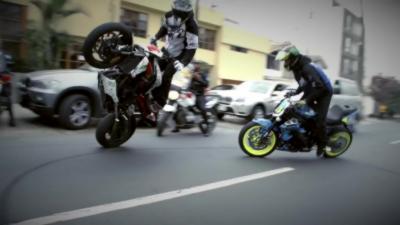 Deux motards font du stunt sauvage en pleine rue au Pérou