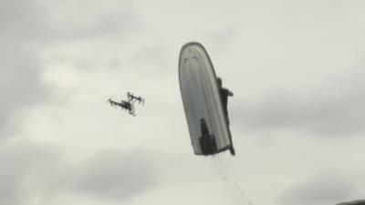 Un homme en jet ski explose un drone en plein vol