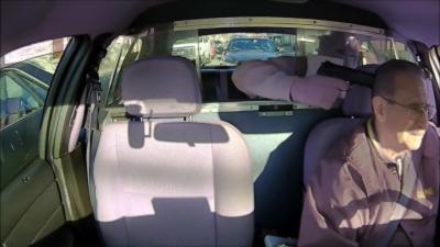 Il braque un taxi avec une arme sans voir la voiture de police juste derrière