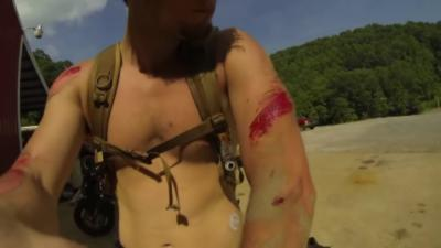 Un motard fait une chute alors qu'il est torse nu et en short