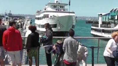 Un bateau qui arrive trop vite s'explose contre le quai