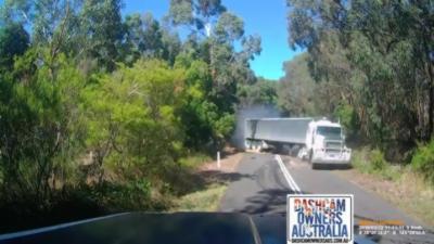 Un camion perd le contrôle et détruit une voiture arrêtée sur le bas-côté