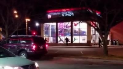 Les employés brisent les vitres d'un Burger King à cause d'une blague téléphonique