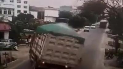 Un chauffeur renverse son camion pour éviter de tuer un enfant qui surgit sur la route