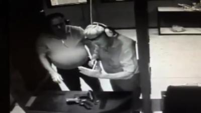 Un idiot teste le laser de son arme à feu en mettant la main devant