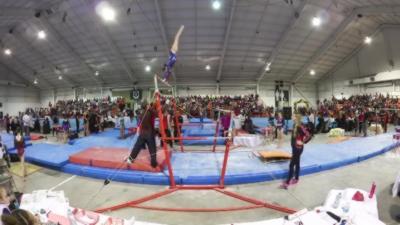 Un entraineur de gymnastique rattrape d'urgence une athlète qui allait tomber
