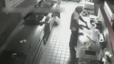 Un cambrioleur s'introduit dans un fast-food pour se préparer un hamburger