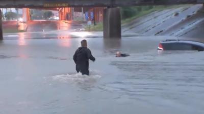 Un journaliste sauve en plein direct un automobiliste pris dans les inondations