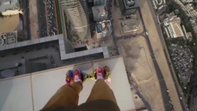 Un freerunner joue avec sa vie en hoverboard en haut d'une tour à Dubaï