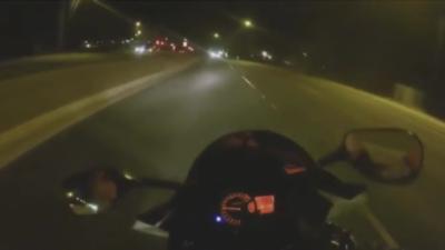 Un motard qui sème la police va se faire rattraper par le karma
