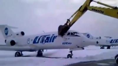 Il détruit un jet privé à grand coup de pelleteuse après son licenciement