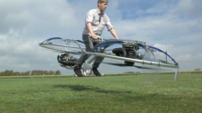 Un inventeur fou se fabrique une hoverbike, une moto volante à hélices