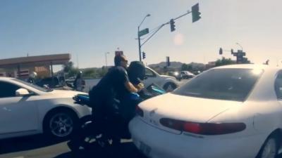 Un motard abandonne sa moto pour ne pas se faire attraper par la police