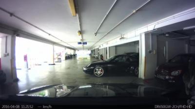 Un homme en Porsche 911 foire sa man½uvre pour sortir de sa place