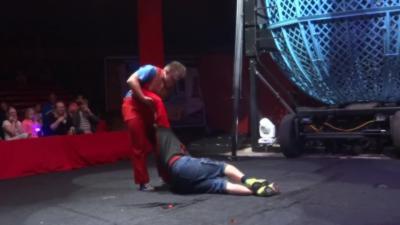 Un spectateur se prend un K.O par un clown pendant un numéro de cirque