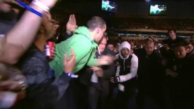 Un combattant MMA cogne un spectateur qui lui en met une pendant son entrée