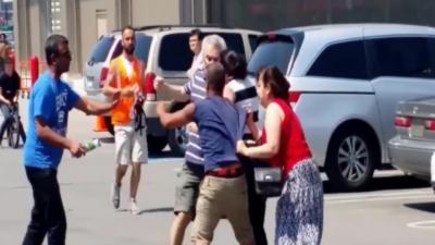 Deux couples se battent pour une place de parking sur un supermarché