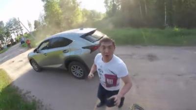 Un Russe ivre veut se battre avec un motard qui ne va pas se laisser faire