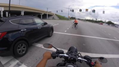 Un cycliste qui va regretter très rapidement de passer au feu rouge