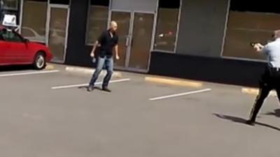 Après 3 coups de taser un homme armé d'une machette est toujours debout