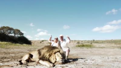 Quand un couple de chasseurs pose avec un lion mort
