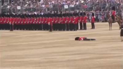 Un garde royal fait un malaise et reste étalé par terre en pleine cérémonie