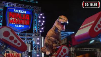Quand un T-Rex participe à l'émission American Ninja Warrior