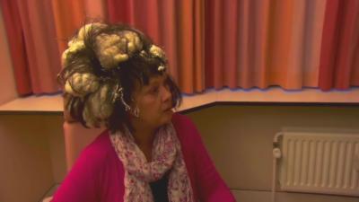 Quand une femme confond de la mousse expansive avec de la mousse pour cheveux