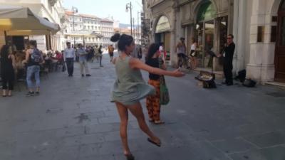 Un père a bien fait d'insister pour que sa fille danse dans la rue pour accompagner un musicien
