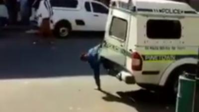 Quand deux personnes en état d'arrestation s'échappent de la voiture de police