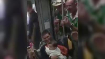 Des supporter irlandais chantent une berceuse pour un bébé dans le tramway