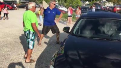 Pour sauver un chien un homme explose la vitre d'une BMW à coup de pierre