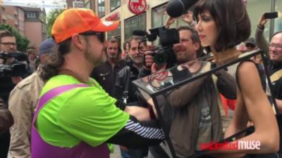 Une « artiste de rue » se laisse tripoter par des passants pour une performance