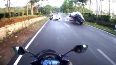 Quand un motard se retrouve avec une voiture sur sa voie