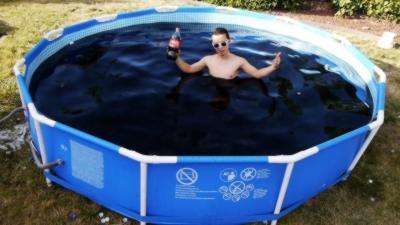 Il remplit une piscine avec 5 600 litres de Coca-Cola